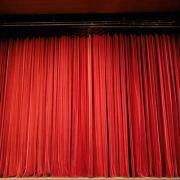 Bühne mit rotem Vorhang